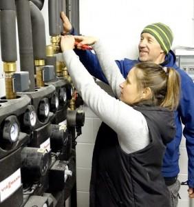 L'idraulico Alessandra Ferrari al lavoro (Foto: La Stampa - Danilo Donadio)