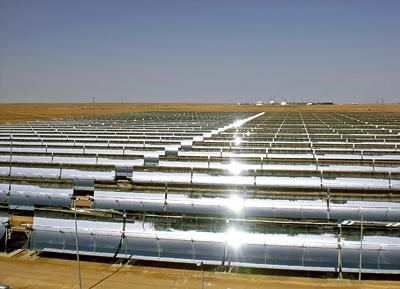 Das erste Hybrid-Solar-Gas-Kraftwerk Hassi R'Mel befindet sich im Norden Algeriens. Siemens hat einen langjährigen Service- und Wartungsvertrag für die 150 Megawatt (MW)-Anlage erhalten.The first hybrid solar power plant Hassi R'Mel is located in northern Algeria. Siemens has been awarded a contract to provide long-term maintenance services for the 150 megawatt power plant.