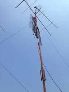 Antenna arrugginita con cavi logorati